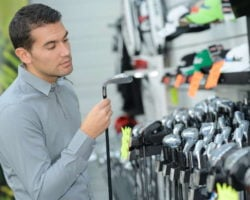 man choosing the right golf club size